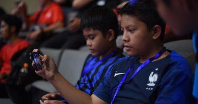 Salah satu peserta workshop saat merekam pertandingan Taekwondo di Asian Games 2018 menggunakan Samsung Galaxy J Series