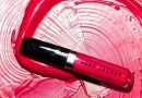 Total Look Dengan Pemulas Bibir Warna Merah Pada Gaya Riasan