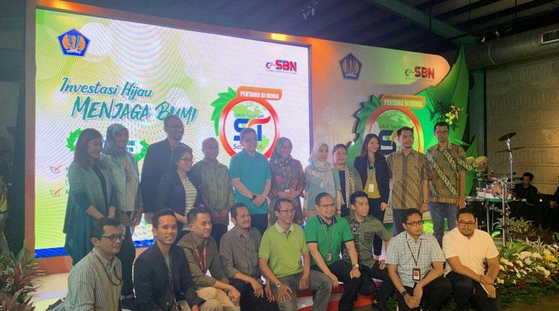 Product Manager Investree, Kudrat Mulyana, bersama Direktur DJPPR, LukyAlfirman, dan teman-teman Midis Penjualan di acara Pembukaan Masa Penawaran Green Sukuk Tabungan Seri ST006.