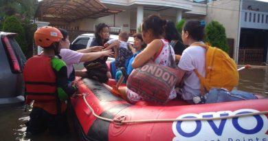 Photo 2 -OVO dan Rumah Zakat telah mengevakuasi ratusan warga korban bencana banjir